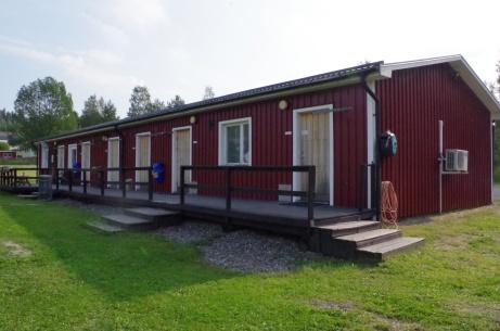 Omklädningsrum till höger, domaromklädning i mitten och servering/klubblokal längst till vänster. Foto: Pia Skogman, Lokalfotbollen.nu.