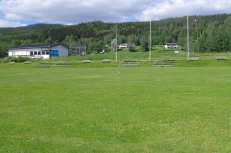 Klubbhus, läktare och flaggstänger mot E14. Foto: Pia Skogman, Lokalfotbollen.nu.