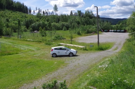 Parkering med traktens återvinningscentral i bakgrunden. Foto: Pia Skogman, Lokalfotbollen.nu.
