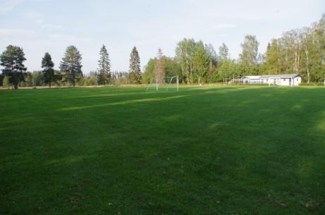 Ett av målen står mitt på den gröna naturgräsrektangeln. Foto: Pia Skogman, Lokalfotbollen.nu.