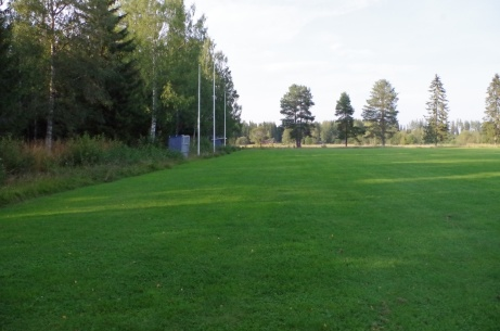 Den bortre långsidan med avbytarbåsen. Foto: Pia Skogman, Lokalfotbollen.nu.