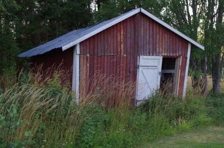 Det här slitna huset finns också på anläggningen. Foto: Pia Skogman, Lokalfotbollen.nu.