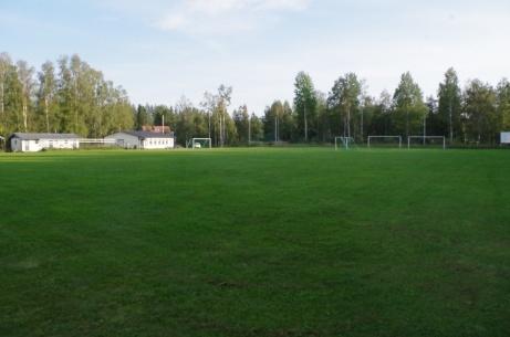 ...och med kameran lite vinklad åt vänster så syns läktare, omklädning och klubblokal bättre.  Foto: Pia Skogman, Lokalfotbollen.nu.