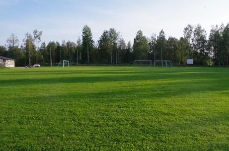 Bilden tagen från den bortre kortsidan med omklädningsrummen till vänster och matchuret till höger. Foto: Pia Skogman, Lokalfotbollen.nu.