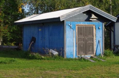 Materialbod med bland annat åkgräsklippare. Foto: Pia Skogman, Lokalfotbollen.nu.