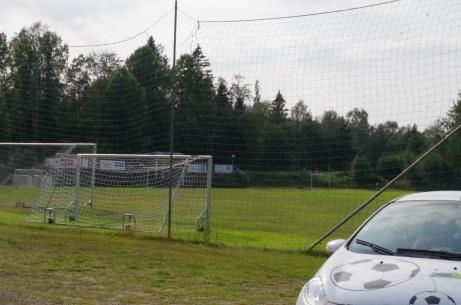 """Lokalfotbollens """"Fårrd"""" med Wiiforsplan/Medskogs IP:s gröna gräsmatta i bakgrunden. Tur med skyddsnätet då parkeringen ligger precis bakom ena målet. Foto: Pia Skogman, Lokalfotbollen.nu."""