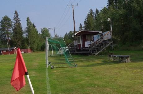 En långsida avverkad och plötsligt har vi läktare och speakerhytt på HÖGER sida... Foto: Pia Skogman, Lokalfotbollen.nu.