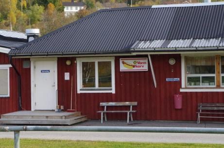 Ingång till serveringen och Lars Jönssons skylt om god varm korv. Foto: Pia Skogman, Lokalfotbollen.nu.