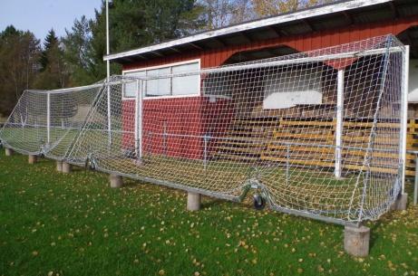Målen fastlåsta mot den gamla träläktaren framför speakerbåset. Foto: Pia Skogman, Lokalfotbollen.nu.