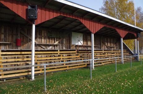 Vy över träläktaren som byggdes till idrottsplatsens invigningande 1966. Foto: Pia Skogman, Lokalfotbollen.nu.