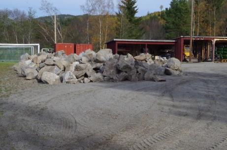 Grusplanen är till vissa delar mer ett stenrös än en fungerande fotbollsplan. Foto: Pia Skogman, Lokalfotbollen.nu.