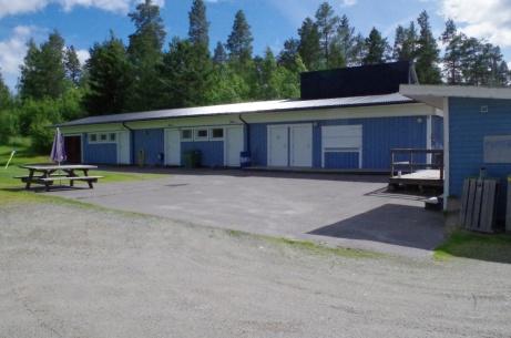 Garage, omklädningsrum, toaletter och kiosk - och en kiosk till till höger. Foto: Pia Skogman, Lokalfotbollen.nu.