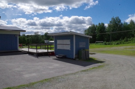 Entré med kiosk och (spelar)parkering bakom. Foto: Pia Skogman, Lokalfotbollen.nu.