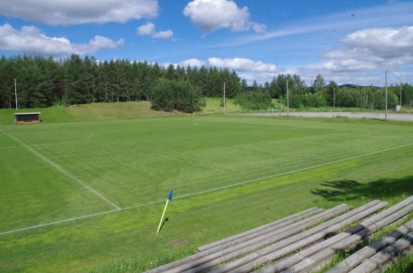 Bra överblick från huvudläktaren över planen. Foto: Pia Skogman, Lokalfotbollen.nu.