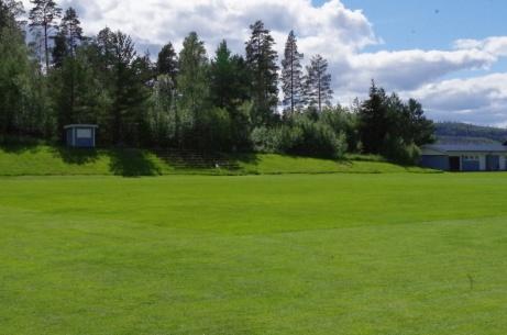 Från bortabåset har man en god översikt rakt över planen. Foto: Pia Skogman, Lokalfotbollen.nu.