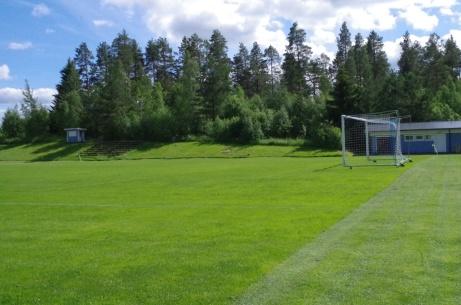 Västra kortsidan avverkad och då blir utsikten denna. Omklädningsbyggnaden till höger medan till vänster syns speakerbåset och huvudläktaren.  Foto: Pia Skogman, Lokalfotbollen.nu.