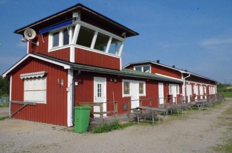 Ovanstående byggnad sedd från framsidan. Foto: Pia Skogman, Lokalfotbollen.nu.