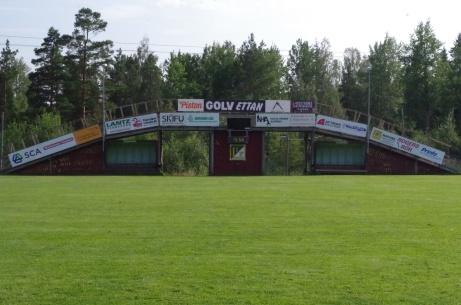 """""""Skidbron"""", på sommaren fotbollsläktare, med matchuret. Där syns även avbytarbåsen. Foto: Pia Skogman, Lokalfotbollen.nu."""