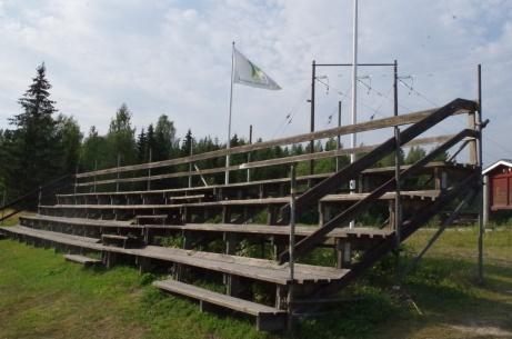Direkt till höger om entrén ligger den något slitna huvudläktaren. Foto: Pia Skogman, Lokalfotbollen.nu.