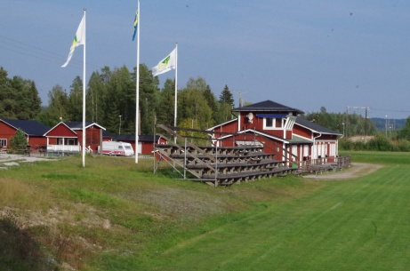 Läktaren med klubbhuset bortanför. Foto: Pia Skogman, Lokalfotbollen.nu.
