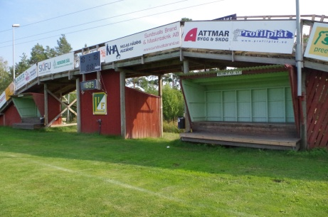 """""""Skidbron"""" med reklamskyltar, avbytarbåsen och det digitala matchuret från närmare håll. Foto: Pia Skogman, Lokalfotbollen.nu."""