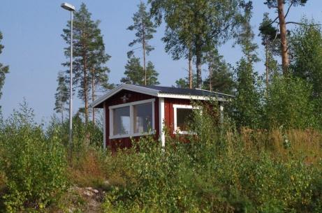 Stugan uppe vid elljusspåret. Uthyres till turister sommartid? Foto: Pia Skogman, Lokalfotbollen.nu.