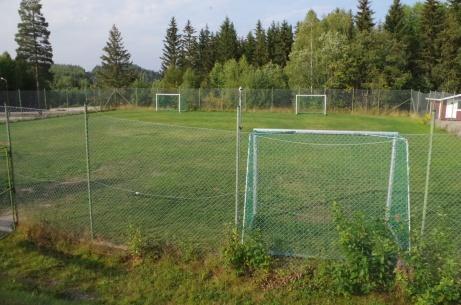 På nersidan, vid parkeringen, finns även en knatteplan. Foto: Pia Skogman, Lokalfotbollen.nu.