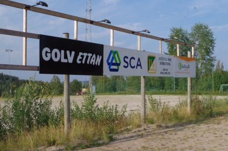 Det finns även reklamskyltar vid grusplanen, med belysning till och med, men de vätter från planen och upp mot vägen istället och det för bästa exponering. Foto: Pia Skogman, Lokalfotbollen.nu.