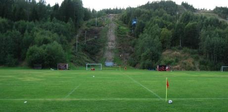 Hopptornet är rivet och underbacken är numera övertäckt med sly. Till höger mitt i backen syns domartornet. Foto: Janne Pehrsson, Lokalfotbollen.nu.