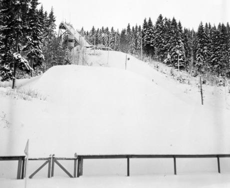 Så här såg det ut när hoppbacken var i drift. Bilden troligen tagen under 1950-talet. Foto: Norrlandsbild.
