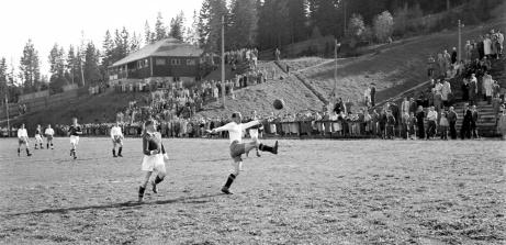 Fotbollsderby på Gumsekullen 1950 mellan Njurunda IK och Essviks AIF. Foto: Norrlandsbild.