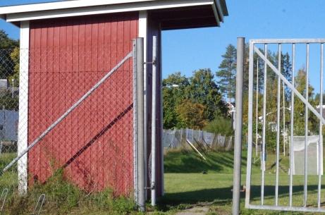 Biljettholken med den hägrande fotbollsplanen innanför. Foto: Pia Skogman, Lokalfotbollen.nu.