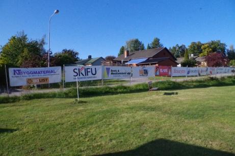 Sponsorskyltar på stängslet på den ena kortsidan. Foto: Pia Skogman, Lokalfotbollen.nu.