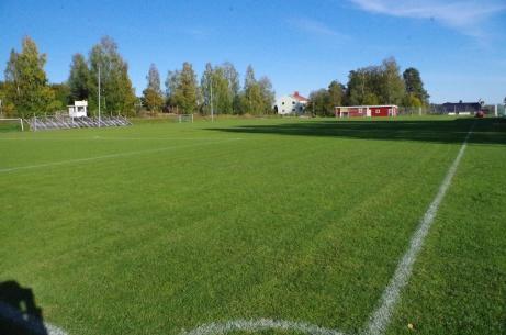 Vy över planen från entrén. Nu tar vi ett högervarv runt planen. Foto: Pia Skogman, Lokalfotbollen.nu.