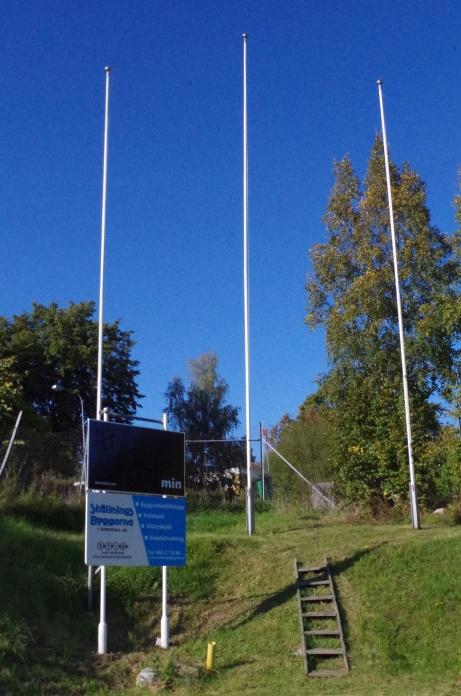 Det digitala matchuret och de ståtliga flaggstängerna. Foto: Pia Skogman, Lokalfotbollen.nu.