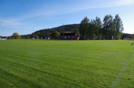 Nyklippt gräsmatta med klubbhuset i bakgrunden. Foto: Pia Skogman, Lokalfotbollen.nu.