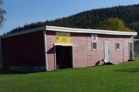 Materialbod och omklädning domare. Och förr i tiden satt matchuret på den här byggnaden. Foto: Pia Skogman, Lokalfotbollen.nu.