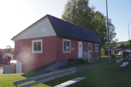 Klubbhuset i suteräng. Vill minnas att det är byggt i mitten av 1960-talet och därefter renoverat i omgångar. Foto: Pia Skogman, Lokalfotbollen.nu.