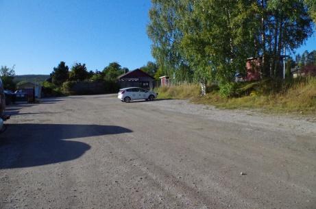 """Parkeringen där även Lokalfotbollens mäktiga """"Fårrd"""" får plats. Foto: Pia Skogman, Lokalfotbollen.nu."""