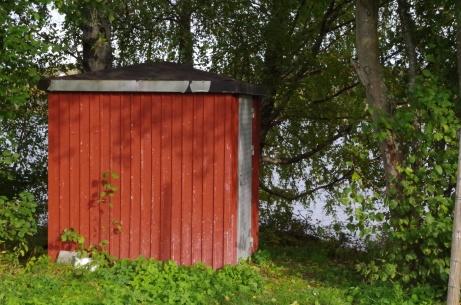 Pumphuset där man, logiskt nog, pumpar upp vattnet från Alnösundet för bevattning av planen. Foto: Pia Skogman, Lokalfotbollen.nu.