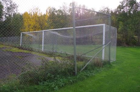 Säsongen slut och burarna fastlåsta om nu någon bov skulle få som mål att stjäla dem. Foto: Pia Skogman, Lokalfotbollen.nu.
