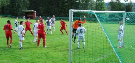 I augusti 2013 vräkte Granlo BK:s Alen Zulovic upp ett skott i Hasselmålvakten Lars Skandevall Perssons kryss i en match i Medelpadsfemman. Foto: Janne Pehrsson, Lokalfotbollen.nu.