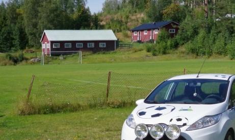 Lokalfotbollens Fårrrd på besök in the middle of nowhere - Hasselbackens idrottsplats. Foto: Pia Skogman, Lokalfotbollen.nu.