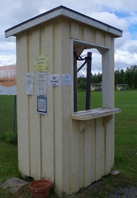 Holmvallens anrika biljettkur. 40 kr kostar det att se traktens hjåältar. Åtminstone 2019. Foto: Pia Skogman, Lokalfotbollen.nu.