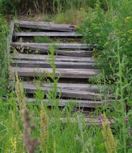 Trappan över vallen till grusplanen är till och med i sämre skick än SJ:s räls. Foto: Pia Skogman, Lokalfotbollen.nu.
