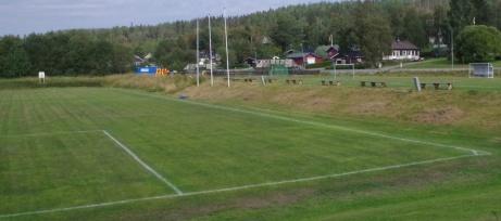 Läktarraden till höger, den oklippta slänten bortom och matchuret i fjärran. Avbytarbåsen finns numera på den motsatta sidan, nybyggda.Foto: Pia Skogman, Lokalfotbollen.nu.