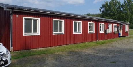 Omklädningsrum och servering/klubblokal sedd från parkeringenl. Foto: Pia Skogman, Lokalfotbollen.nu.