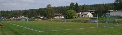 Sjumannaplanen med de gamla avbytarbåsen. Foto: Pia Skogman, Lokalfotbollen.nu.