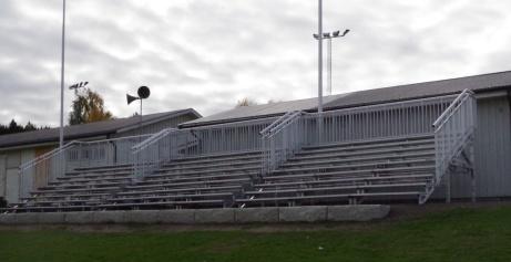 Den nya aluminiumläktaren monterades ihop i samband med den internationella U17-turneringen som spelades i september 2019. Foto: Pia Skogman, Lokalfotbollen.nu.