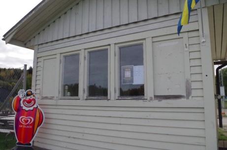 GB-gubben hälsar välkommen till kiosken.Foto: Pia Skogman, Lokalfotbollen.nu.